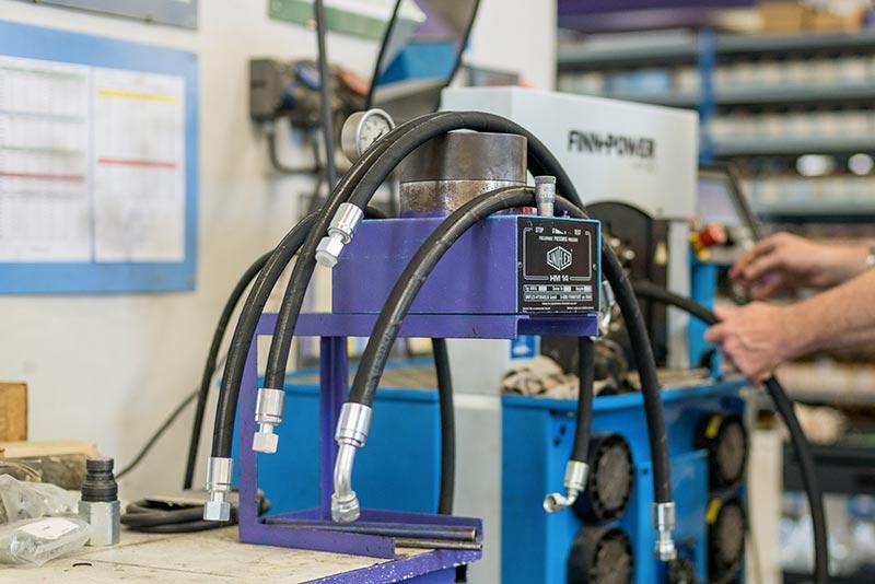 Flexibles hydrauliques au sertissage dans notre atelier montpelliérain de Saint-Jean de Védas