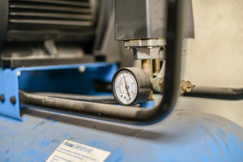 Manomètre et sortie de compresseur à piston en activité